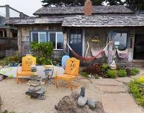 Rustieke bungalow bij de oceaanvoorzijde Stock Fotografie