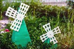 Rustieke decoratieve molens die zich in de kleine tuin bevinden royalty-vrije stock afbeelding