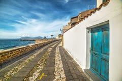 Rustieke deur in Alghero-strandboulevard royalty-vrije stock foto