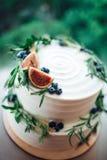Rustieke die huwelijkscake met fig. en groenrozemarijn wordt verfraaid royalty-vrije stock foto
