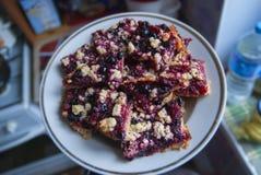 Rustieke eenvoudige kruimeltaart op plaat voor ontbijt met frambozen, bosbessen Stock Foto