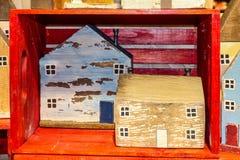 Rustieke eigengemaakte houten blokhuizen die in en rond een rood houten krat zitten royalty-vrije stock fotografie