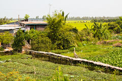Rustieke gang aan landelijk dorp. Stock Foto's