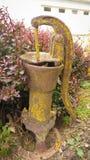 Rustieke Gele goed Pomp - Antiquiteit stock afbeeldingen