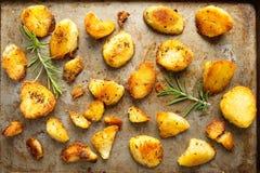 Rustieke gouden Engelse geroosterde eend vette aardappels stock foto