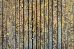 Rustieke grijze houten achtergrond met sporen van gele gepelde verf Stock Afbeeldingen