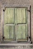 Rustieke Groene Houten Deuren die scheef op Scharnieren hangen stock foto