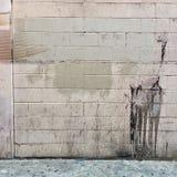 Rustieke grungy stedelijke bakstenen muur in wit en grijs Royalty-vrije Stock Afbeeldingen