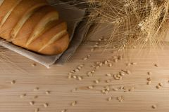 Rustieke heerlijke aromatische verse baguette, brood en tarwe op houten lijst copyspace, tekstruimte baksel, ingrediënten, kokend stock fotografie