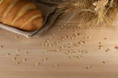 Rustieke heerlijke aromatische verse baguette, brood en tarwe op houten lijst copyspace, tekstruimte baksel, ingrediënten, kokend royalty-vrije stock afbeelding