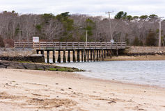 Rustieke houten brug bij strand Royalty-vrije Stock Foto's