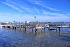 Rustieke houten brug in de Clearwater-Havenjachthaven royalty-vrije stock foto
