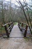Rustieke houten voetgangersbrug Stock Foto's