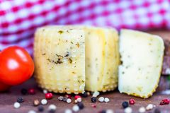 Rustieke kaas met kruiden, peper en tomaten royalty-vrije stock foto