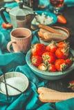 Rustieke keukenlijst met de ingrediënten van aardbeientiramisu stock afbeelding