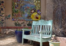 Rustieke, Kleurrijke en vreedzame Tuin Banch royalty-vrije stock fotografie