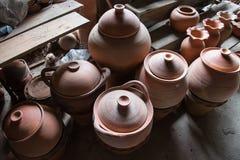Rustieke met de hand gemaakte ceramische de koppenherinneringen van het klei bruine terracotta bij stock foto