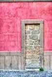 Rustieke ommuren-omhooggaande deur in hdr Stock Foto's
