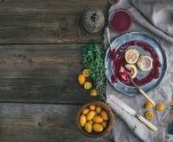 Rustieke ontbijtreeks Russische kaascakes op uitstekende metaalplaat met lingonberry jam, verse kumquats, thyme, decoratiekabel e Royalty-vrije Stock Afbeeldingen