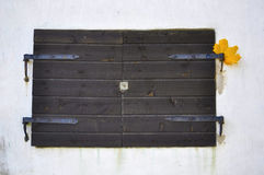 Rustieke Oude Vensterblinden op een Gipspleistermuur Stock Fotografie