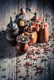 Rustieke pepermolennen met verschillende types van peper royalty-vrije stock afbeeldingen