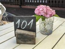 Rustieke restaurantlijst met enige hydrangea hortensia Royalty-vrije Stock Foto