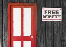 Rustieke rode en witte deur aan een vrij museum royalty-vrije stock foto's
