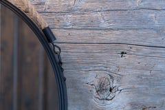 Ronde Houten Spiegel : Houten badkamers met ronde spiegel stock afbeelding afbeelding