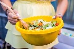 Rustieke salade in kom Royalty-vrije Stock Afbeeldingen