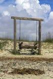 Rustieke schommeling op strand Stock Afbeeldingen