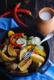 Rustieke schotel met melk en aardappels royalty-vrije stock foto's