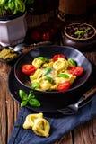Rustieke spinazietortellini met kaas en cocktailcocktailtoma royalty-vrije stock afbeelding