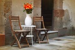 Rustieke stoelen in een romantisch hoekje in Barcelona, Spanje Stock Foto