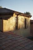 Rustieke tegels en vensters in dorp Stock Foto