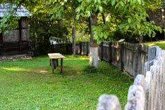 Rustieke traditionele houten omheining en huis Royalty-vrije Stock Foto's