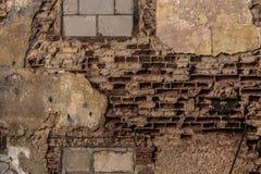 Rustieke uitstekende bakstenen muur in warm zonlicht Stock Afbeeldingen