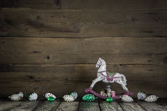Rustieke uitstekende Kerstmisdecoratie met paard op houten backgro royalty-vrije stock foto