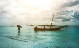 Rustieke vissersbootzitting in oceaan, Zanzibar Royalty-vrije Stock Foto's