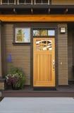 Rustieke voordeur van een upscalehuis. Stock Fotografie