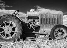 Rustieke vroege landbouwbedrijftractor royalty-vrije stock foto