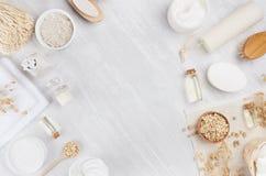 Rustieke witte eigengemaakte schoonheidsmiddelenreeks natuurlijke producten voor lichaamsverzorging en badtoebehoren met aartjes  royalty-vrije stock foto's