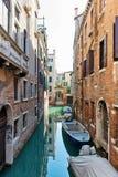 Rustig achterkanaal in Venetië, Italië Stock Foto's