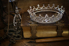 Rustig beeld van de kroon van de diamantkoningin op oud boek Stock Foto