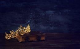 rustig beeld van mooie koninginkroon op oud boek fantasie middeleeuwse periode stock foto