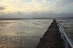 Rustig bij pier door schemering Stock Foto
