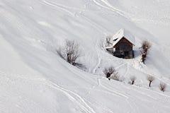 Rustig de winterlandschap en een klein plattelandshuisje royalty-vrije stock afbeeldingen