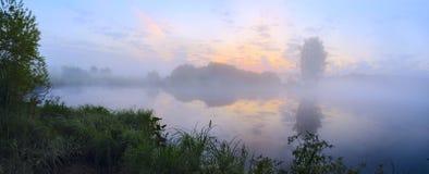 Rustig de zomerlandschap met rivier bij zonsopgang royalty-vrije stock foto's