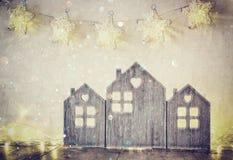 Rustig en abstract gefiltreerd beeld van uitstekend blokhuisdecor op houten lijst en sterrenslinger Royalty-vrije Stock Afbeelding