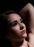 Rustig portret van mooie donkere haired vrouw Stock Fotografie
