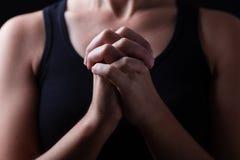 Rustig, sluit omhoog van handen van het gelovige vrouw bidden stock fotografie